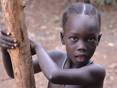 Young Anuak girl - Par Rod Waddington from Kergunyah, Australia (Anuak Tribe, Dimma) [CC BY-SA 2.0 (http://creativecommons.org/licenses/by-sa/2.0)], via Wikimedia Commons